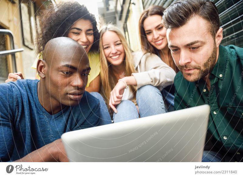 Multi-ethnische junge Menschen, die sich einen Tablet-Computer ansehen. Lifestyle Freude Glück schön Junge Frau Jugendliche Junger Mann Erwachsene Freundschaft