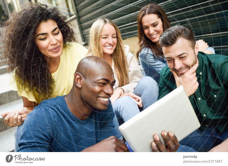 Gruppe junger Menschen, die sich einen Tablet-Computer anschauen. Lifestyle Freude Glück schön Junge Frau Jugendliche Junger Mann Erwachsene Freundschaft 5