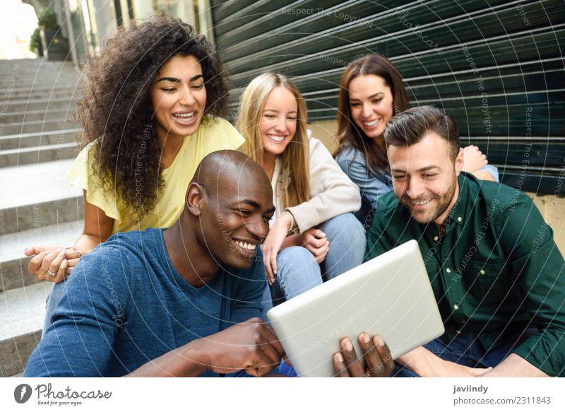 Frau Mensch Jugendliche Mann Junge Frau schön Junger Mann Freude 18-30 Jahre Erwachsene Straße Lifestyle lachen Glück Menschengruppe Zusammensein