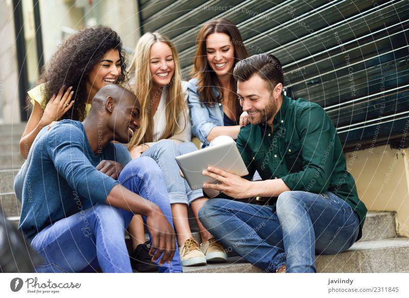 Multiethnische Gruppe von Menschen, die sich einen Tablet-Computer ansehen. Lifestyle Freude schön Junge Frau Jugendliche Junger Mann Erwachsene Freundschaft 5
