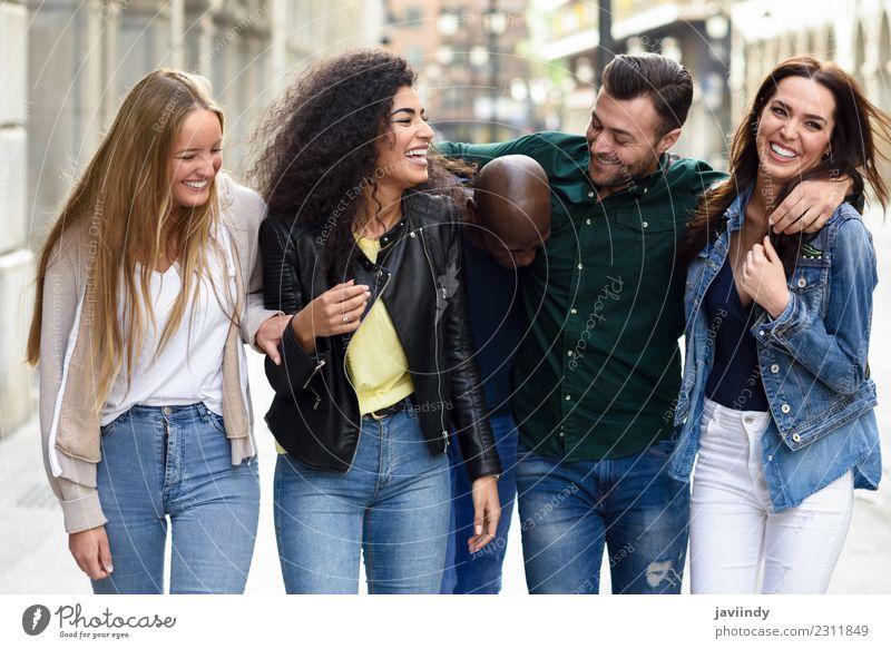Multiethnische Gruppe junger Menschen, die Spaß miteinander haben. Lifestyle Freude Sommer Junge Frau Jugendliche Junger Mann Erwachsene Freundschaft 5