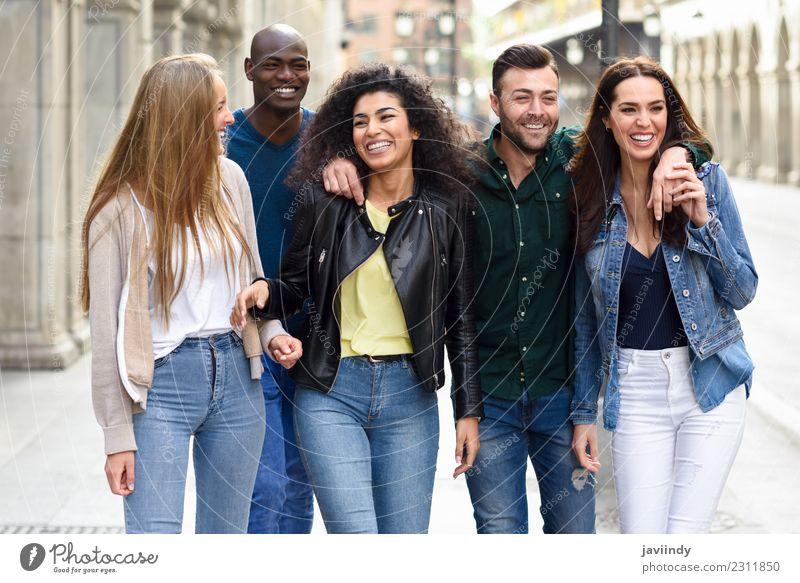 Multiethnische Gruppe junger Menschen, die Spaß miteinander haben. Lifestyle Freude Junge Frau Jugendliche Junger Mann Erwachsene Freundschaft 5 Menschengruppe
