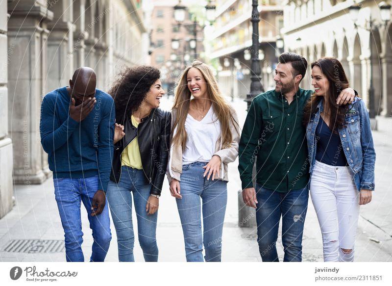 Frau Mensch Jugendliche Mann Junge Frau Junger Mann Freude 18-30 Jahre Erwachsene Straße Lifestyle Gefühle lachen Menschengruppe Zusammensein Freundschaft