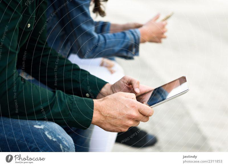Menschen, die Smartphone- und Tablet-Computer im Außenbereich nutzen. Lifestyle Glück schön Telefon Technik & Technologie Internet Frau Erwachsene Mann