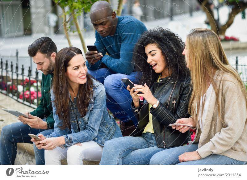 Multi-ethnische Gruppe junger Menschen, die Smartphones benutzen. Lifestyle Freude Sommer Telefon Computer Technik & Technologie Junge Frau Jugendliche