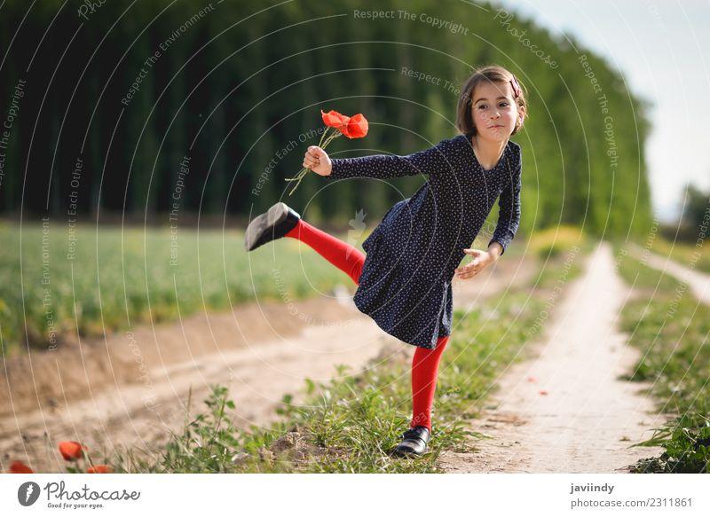 Lustiges kleines Mädchen in der Natur mit Mohn in der Hand. Lifestyle Freude Glück schön Spielen Sommer Kind Mensch Frau Erwachsene Kindheit 1 3-8 Jahre Blume