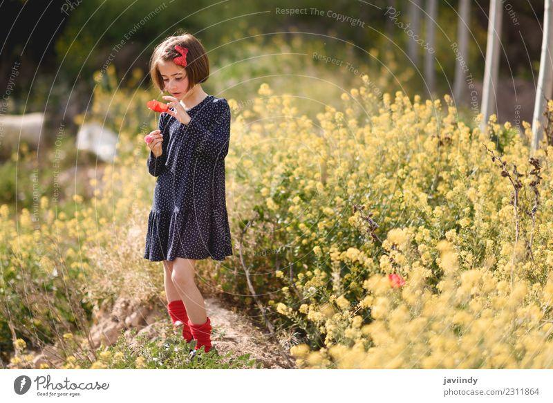 Kleines Mädchen in der Natur im Kleid mit einem Mohn in der Hand. Lifestyle Freude Glück schön Spielen Sommer Kind Mensch Frau Erwachsene Kindheit 1 3-8 Jahre