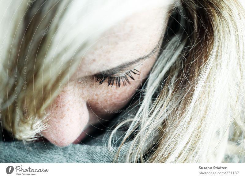 fühlen. feminin Kopf Haare & Frisuren blond Pony geschlossene Augen ruhig träumen Gedanke Traurigkeit Tuch Schal Haarsträhne Wimpern nah verwundbar