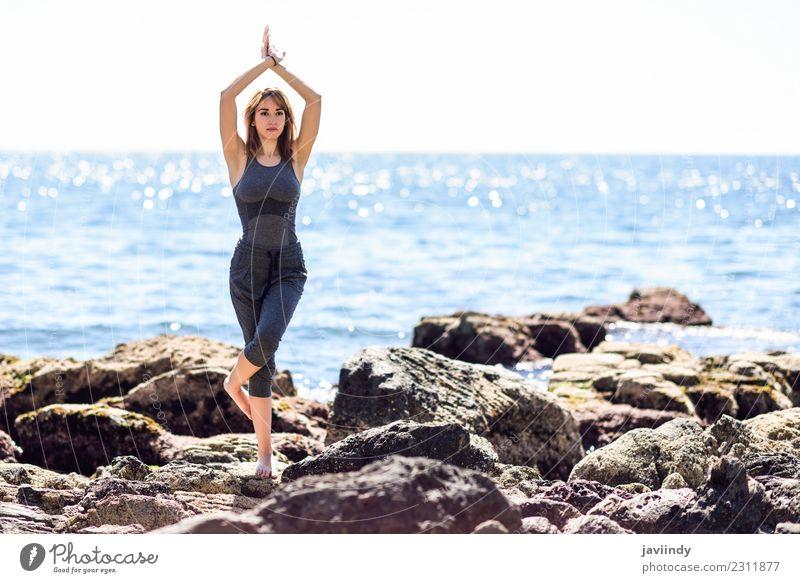 Junge Frau beim Yoga am Strand. Lifestyle Wellness Erholung Meditation Sport Mensch Jugendliche Erwachsene 1 18-30 Jahre Natur Fitness Gelassenheit ruhig
