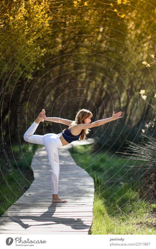 Junge Frau, die Yoga in der Natur macht. Lifestyle schön Körper Erholung Meditation Sommer Sport Mensch Jugendliche Erwachsene 1 18-30 Jahre Gras Fitness sitzen