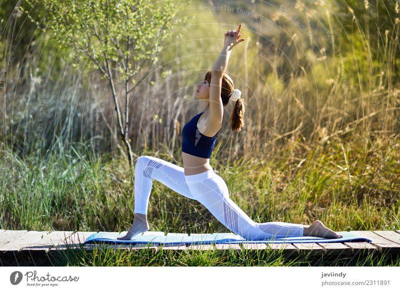 Junge Frau, die Yoga in der Natur macht. Lifestyle schön Körper Erholung Meditation Sommer Sport Mensch Jugendliche Erwachsene 1 18-30 Jahre 30-45 Jahre Gras