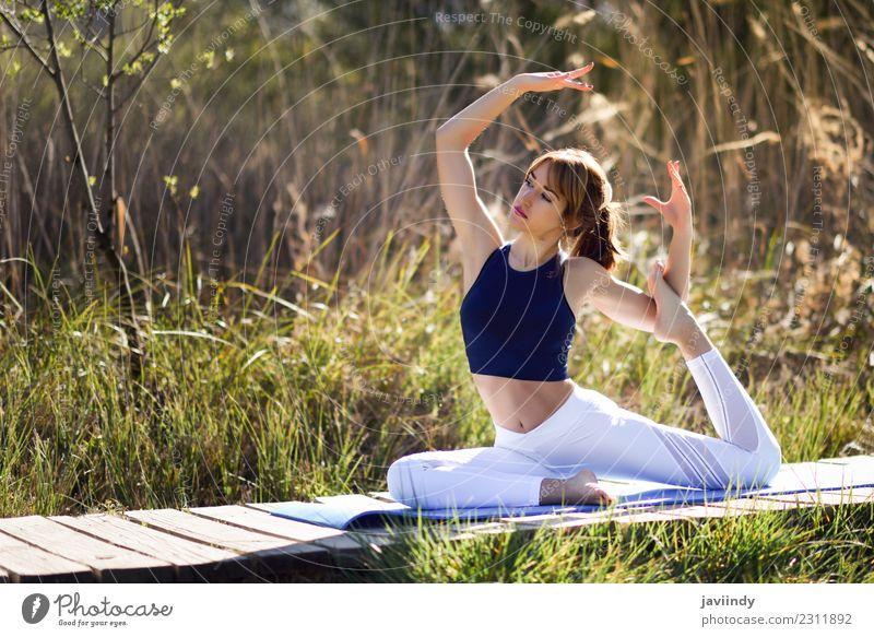 Junge Frau, die Yoga in der Natur macht. Lifestyle schön Körper Wellness Erholung Meditation Sport Mensch Jugendliche Erwachsene 1 18-30 Jahre 30-45 Jahre