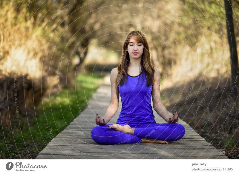Junge Frau, die Yoga in der Natur macht. Lotus-Figur. Lifestyle schön Körper Erholung Meditation Sommer Sport Mensch Jugendliche Erwachsene 1 18-30 Jahre