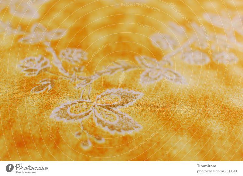 Platz für den Geburtstagskuchen Ornament Kitsch gelb Blumenmuster weiß Nahaufnahme Tischwäsche Farbfoto Innenaufnahme Menschenleer Tag Schwache Tiefenschärfe