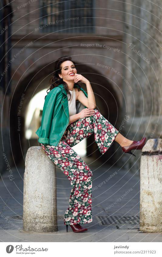 Junge Frau, Model der Mode, lächelnd im urbanen Hintergrund. Lifestyle Stil Glück schön Haare & Frisuren Gesicht Mensch feminin Jugendliche Erwachsene Zähne 1