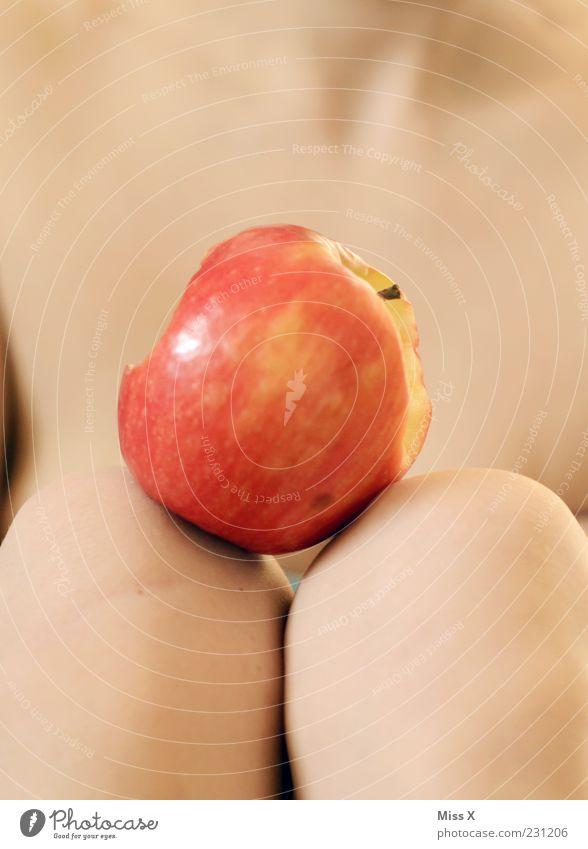 Naggsch mit Frucht Mensch feminin liegen außergewöhnlich Frucht Ernährung Haut frisch süß Apfel lecker Begierde Knie verführerisch zwischen Sünde