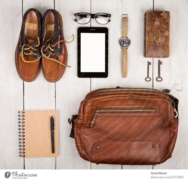 Reisekonzept - Schuhe, Tasche, Tablet-PC, Notizblock, Uhr, Brille Ferien & Urlaub & Reisen Ausflug Schreibtisch Tisch Telefon PDA Computer Junge Mann Erwachsene