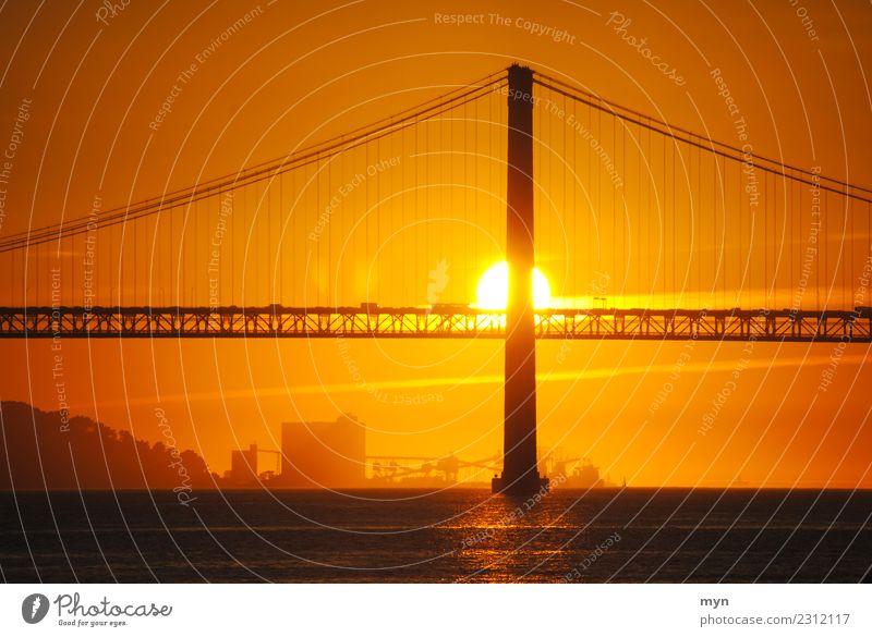 Am Abend Ferien & Urlaub & Reisen Bucht Fluss Lissabon Brücke Verkehr Straße Wege & Pfade Glück Optimismus Mut Warmherzigkeit Gelassenheit Trauer Tod Sehnsucht