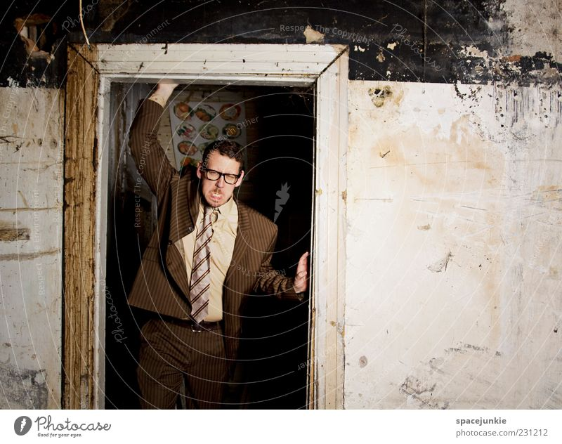 Der nette Nachbar von nebenan Mensch Mann Erwachsene dunkel Wand Mauer braun dreckig maskulin verrückt außergewöhnlich bedrohlich Brille einzigartig Wut Anzug