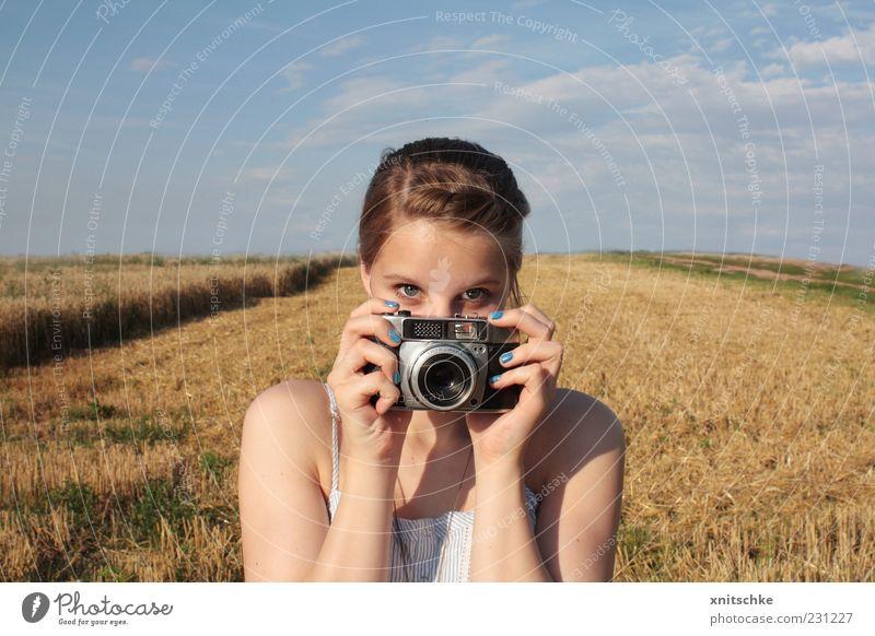 bloß nicht zu schüchtern!.. Jugendliche blau Hand Sommer Wolken Auge gelb feminin Landschaft Kopf Feld Fotografie beobachten festhalten Neugier Fotokamera