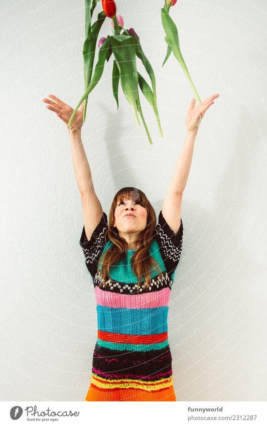 jippey. Frühling! Mensch Frau Erwachsene 1 Blume Tulpe werfen Freude Glück Fröhlichkeit Begeisterung Euphorie Frühlingsgefühle Frühlingsblume Frühlingsfest