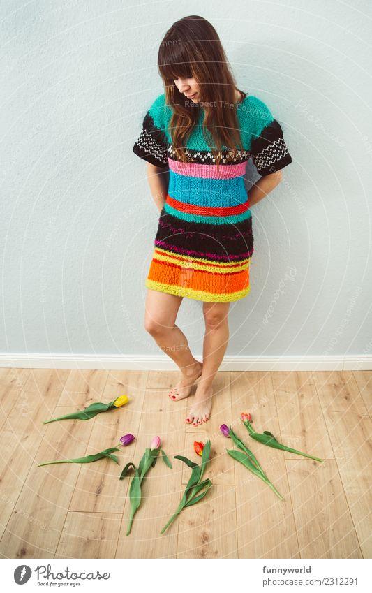 Frau schaut auf Tulpen am Boden Mensch feminin Erwachsene 1 brünett Pony stehen außergewöhnlich frisch Ordnungsliebe Inspiration Kreativität Frühling liegen
