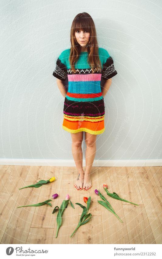 Frau im Wollkleid umgeben von Tulpen Mensch feminin Erwachsene 1 brünett Pony Blick stehen lustig natürlich Mittelpunkt Ordnung skurril Freude Blumenstrauß 6