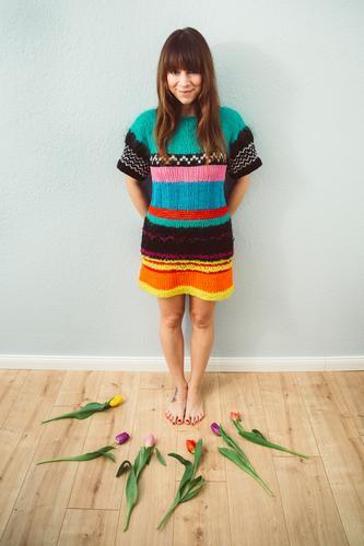Mja. Ich bin ein Blumenkind. Mensch Frau Erwachsene 1 30-45 Jahre stehen lustig Freude Lebensfreude Frühlingsgefühle Vorfreude Tulpe mehrfarbig Wolle Kleid