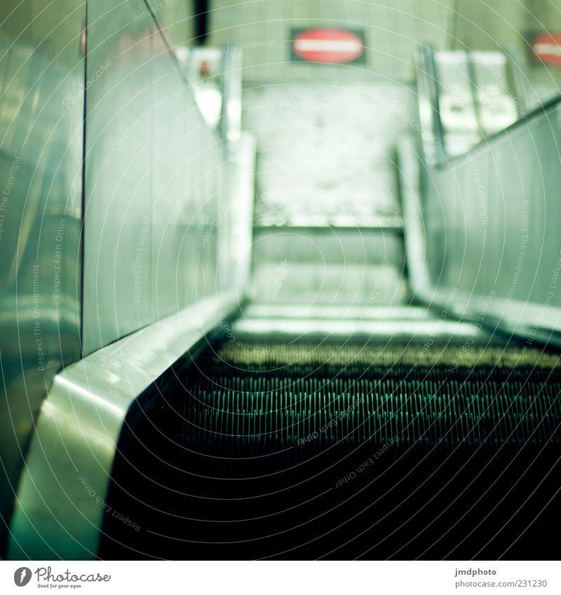 Rolltreppe weiß schwarz kalt Metall Treppe Bahnhof abwärts bequem Trägheit Nacht