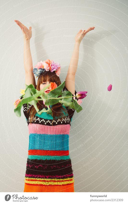Tulpen fallen vor Frau Mensch feminin Erwachsene 1 Blühend werfen Frühlingsgefühle Kopfschmuck Arme hoch Hand Wunsch Hoffnung Wolle Kleid Hippie Frühlingsblume