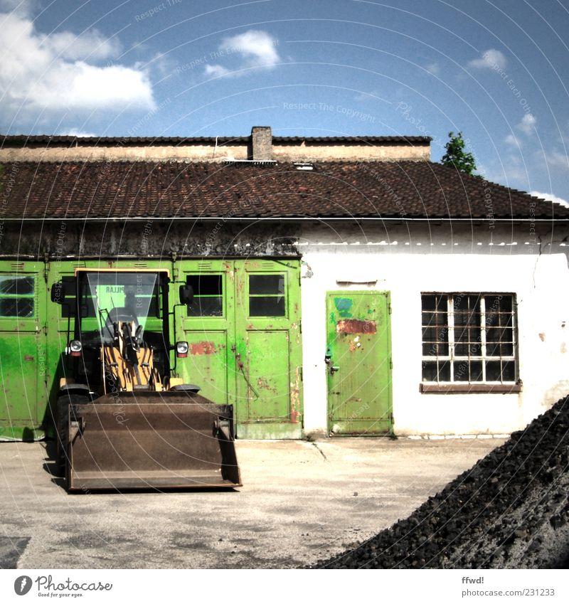 Stellplatz Gebäude Tür dreckig Fassade Autofenster Industrie Baustelle Tor Schönes Wetter Lager Teer Industrieanlage Bagger Bauschutt Platz Baumaschine