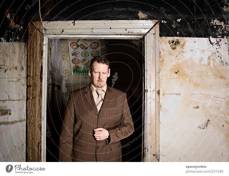 Portrait Mensch Mann Erwachsene Wand Mauer braun Tür dreckig elegant maskulin Macht bedrohlich beobachten verfallen Wut Anzug