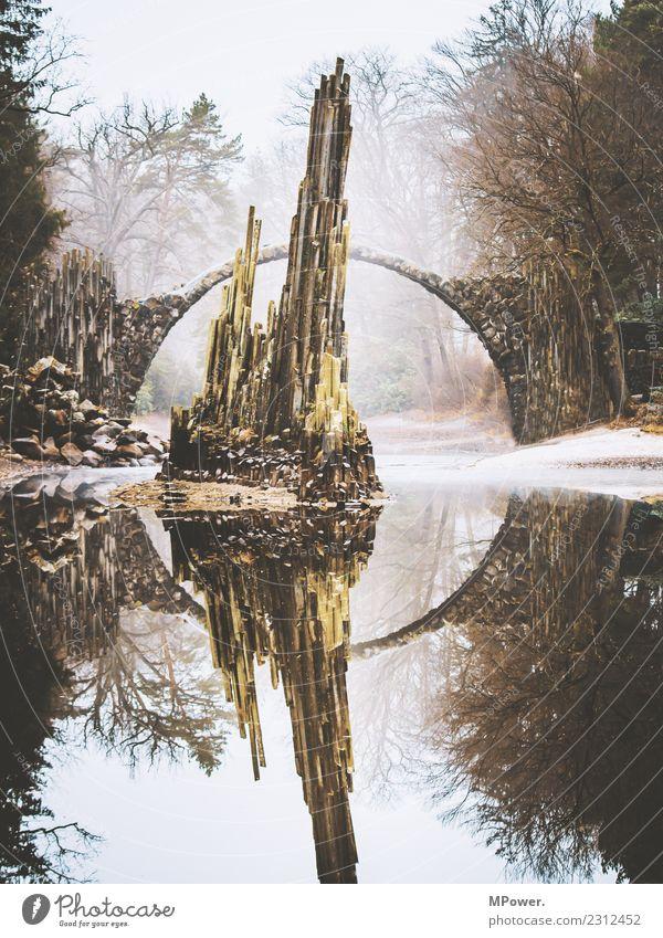mystischer ort Umwelt Natur Wasser schlechtes Wetter alt Brücke See Reflexion & Spiegelung Felsen Stein Gesteinsformationen Nebel rakotzbrücke außerirdisch Park