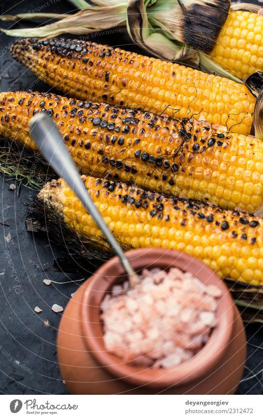 Gerösteter Mais gesalzen Gemüse Ernährung Vegetarische Ernährung Sommer Holz heiß gelb weiß grillen gebraten Lebensmittel Kolben Salz Hintergrund Snack Aussicht