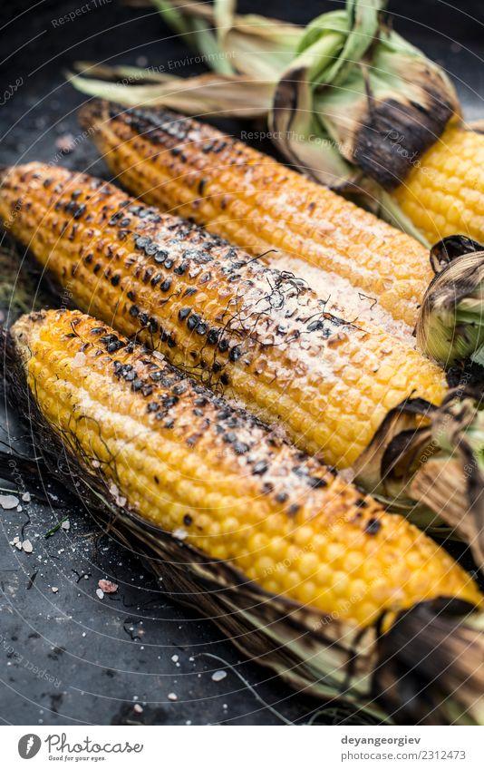 Gebratener Mais auf dem Grill Gemüse Ernährung Vegetarische Ernährung Sommer frisch heiß lecker gelb gold grillen gebraten Grillrost Lebensmittel Kolben