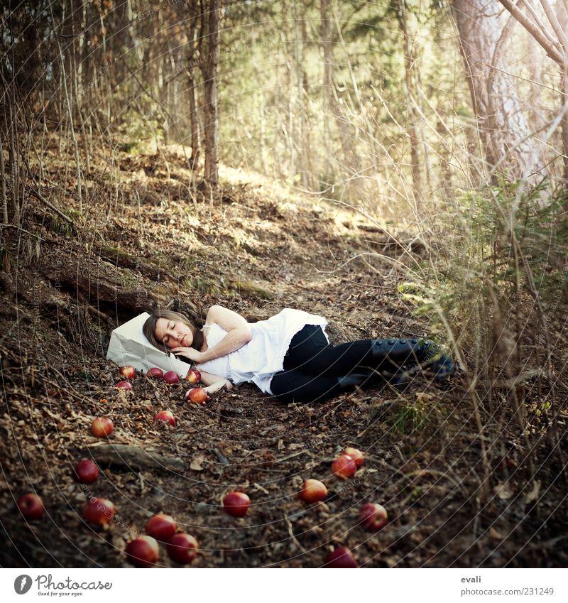 Paper bag dreams II Apfel feminin Junge Frau Jugendliche Erwachsene 1 Mensch 18-30 Jahre Baum Wald schlafen träumen gelb grün rot weiß Tüte Farbfoto