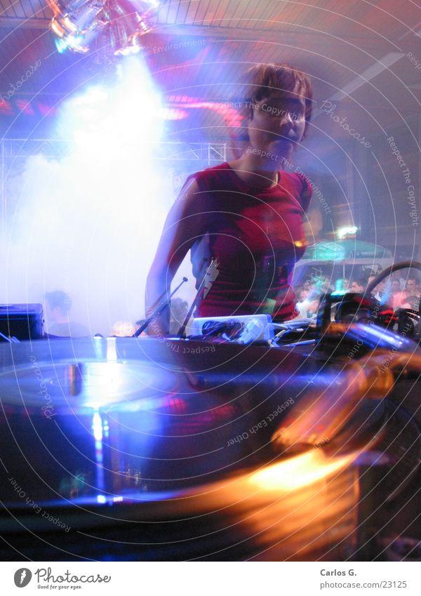 danci'n girl 1 Party Langzeitbelichtung Techno Disco Nachtleben Tanzen Electro Diskjockey Plattenspieler Schallplatte Bewegungsunschärfe Junge Frau Partygast