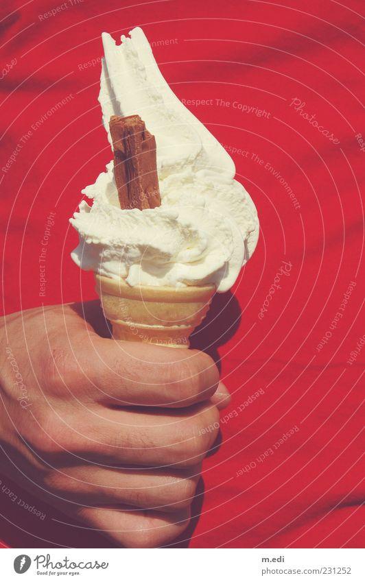English Ice Cream Milcherzeugnisse Speiseeis maskulin Hand Finger 1 Mensch tragen Farbfoto Außenaufnahme festhalten Softeis Eiswaffel Hintergrund neutral