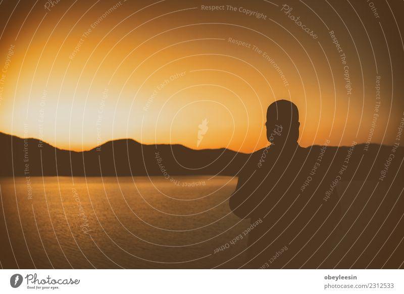 Die Silhouette des Mannes, der allein am Strand sitzt. Gesicht Mensch Erwachsene Verkehr Herz Denken Traurigkeit weinen Armut Wut Schmerz Einsamkeit Angst