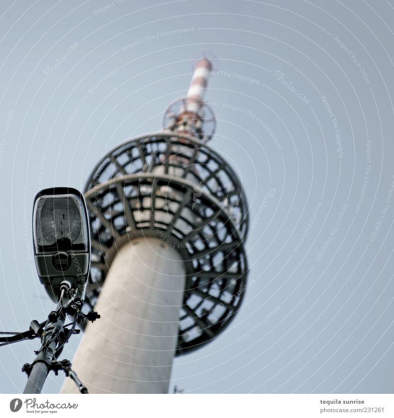 Funklaterne blau kalt grau Lampe hoch Kabel Internet Laterne Straßenbeleuchtung Glühbirne Fernsehturm Blauer Himmel Gebäude Laternenpfahl Funktechnik