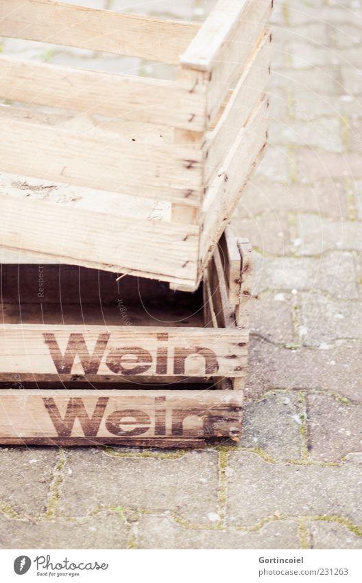 Wein Wein Kasten Holz braun Holzkiste Getränkekiste beige leer Farbfoto Gedeckte Farben Außenaufnahme Textfreiraum unten Textfreiraum rechts Schriftzeichen