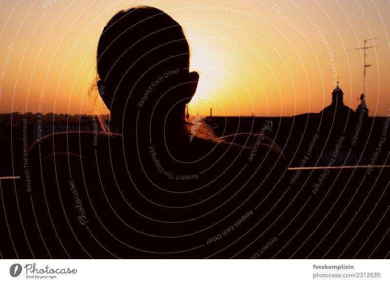 stadt abendsonne Mensch Jugendliche Junge Frau Stadt Einsamkeit ruhig Gefühle feminin Stimmung Horizont träumen nachdenklich Kirche warten Vergänglichkeit