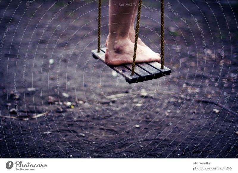 Wait and Hope Freude schaukeln Spielen stehen warten Spielplatz Hoffnung Kind Seil hängen lassen Zufriedenheit ruhig Windstille Fuß Beine Luft Schweben Farbfoto