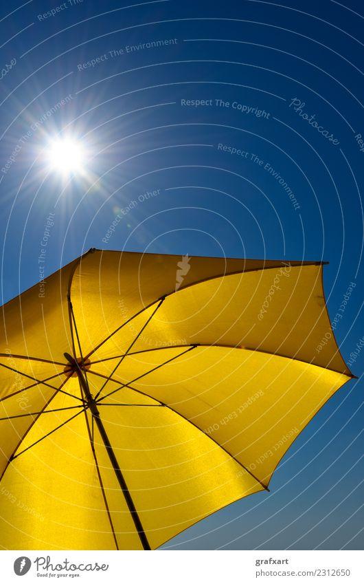 Gelber Sonnenschirm mit blauem Himmel und strahlender Sonne gelb heiß Wärme Sonnenstrahlen Sommer Wetter Klima Klimawandel Umwelt Natur Schutz Wetterschutz
