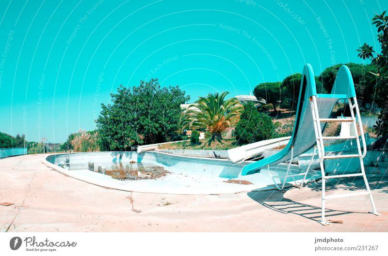 Rutsche und Pool alt blau grün weiß Sommer Einsamkeit Erholung Wärme hell dreckig Sträucher Vergänglichkeit Schwimmbad heiß Schönes Wetter Verfall