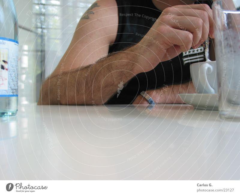 Cappu-tschie-No Mann Arme Tür sitzen Tisch modern Kaffee Pause trinken Italien München Café Alkohol Holzbrett Löffel Mittag
