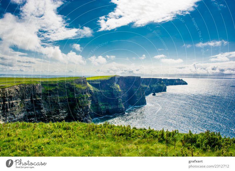 Cliffs of Moher an der Küste von Irland Republik Irland Klippe Atlantik hoch Meer Aussicht Brandung clare extrem Felsen galway Risiko gefährlich groß Himmel