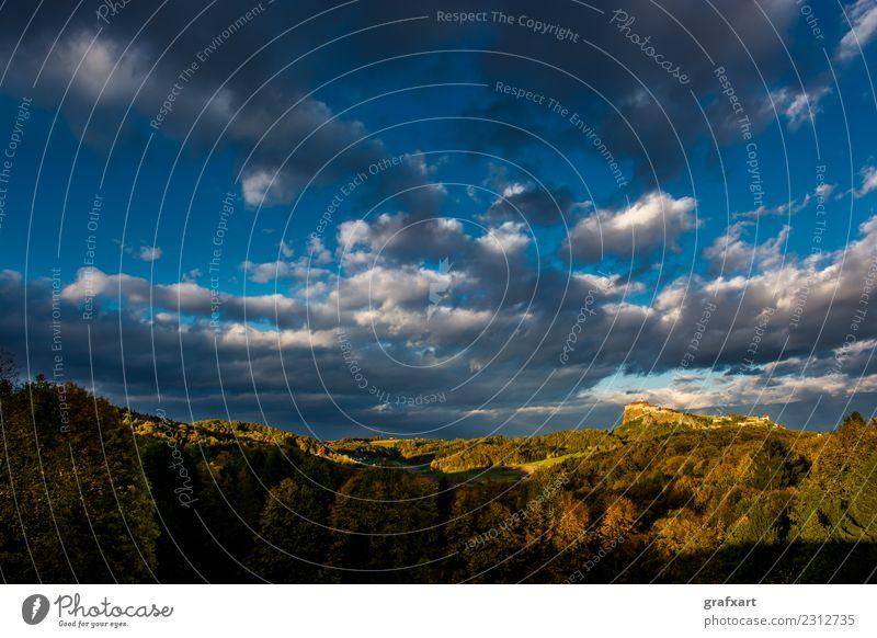 Landschaft im Herbst mit Burg auf sonnigem Hügel in Österreich Burg oder Schloss Festung Sonnenuntergang historisch Schlucht alt Architektur Baum
