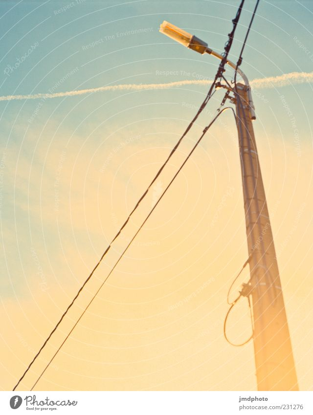 Laterne vor Sonne Himmel blau Sommer Wolken Ferne gelb Freiheit Glück Wetter Zufriedenheit fliegen leuchten fantastisch Schönes Wetter Straßenbeleuchtung
