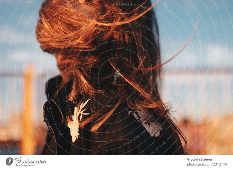 Windige Haare im Gesicht. Sonnenuntergang. Goldene Stunde Lifestyle Stil Junge Frau Jugendliche Haare & Frisuren 1 Mensch 18-30 Jahre Erwachsene Jacke brünett